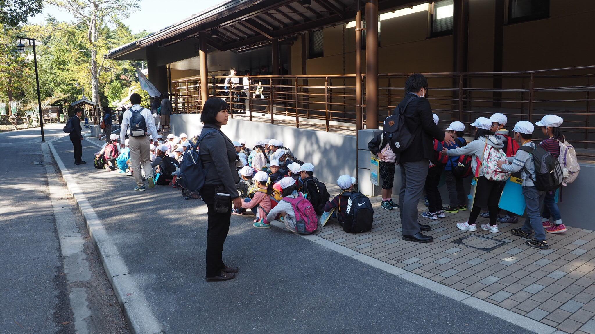 Antrian anak sekolah masuk ke Miyajima Aquarium